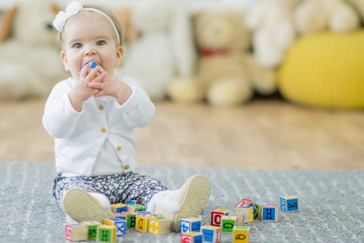 Baby leger med klodser
